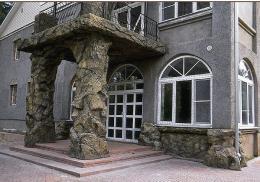 Цоколь облицованный каменной плиткой