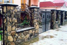 Забор из натурального камня - особенности строительства